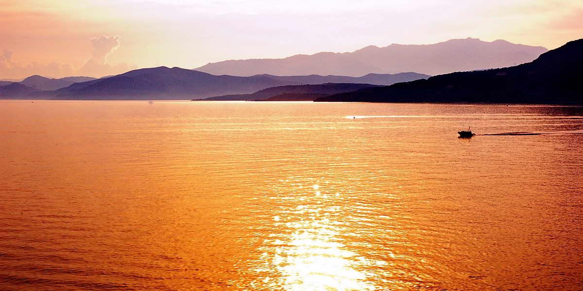 la mer au coucher du soleil a Cadaques